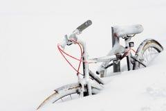 Bici en la nieve Imagen de archivo libre de regalías
