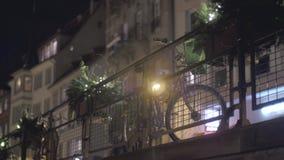 Bici en la noche almacen de metraje de vídeo