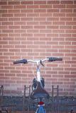 Bici en un estante de la bici foto de archivo