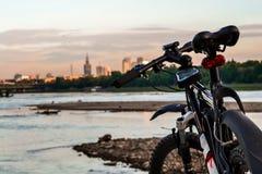 Bici en un fondo del paisaje de la ciudad Foto de archivo libre de regalías