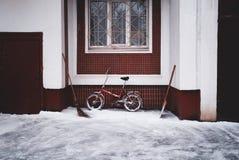 Bici en una nieve Foto de archivo libre de regalías