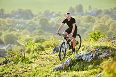 Bici extrema del montar a caballo del ciclista de la montaña en rastro rocoso en el campo Fotos de archivo libres de regalías