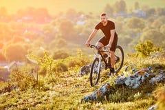 Bici extrema del montar a caballo del ciclista de la montaña en rastro rocoso en el campo Imagen de archivo libre de regalías