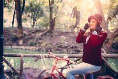 Bici feliz del vintage del montar a caballo de la muchacha en el parque el día de la caída Fotografía de archivo