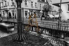 Bici gialla sul recinto immagini stock libere da diritti