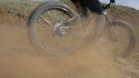Bici gorda o bici del fatbike o del gordo-neumático en el verano que conduce en tierra y la arena