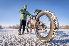 Bici gorda que monta en invierno Imagen de archivo