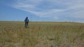 Bici grassa o bici della grasso-gomma o del fatbike di estate che guida attraverso le colline archivi video