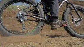 Bici grassa o bici della grasso-gomma o del fatbike di estate che guida sulla terra e sulla sabbia archivi video