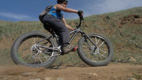 Bici grassa o bici della grasso-gomma o del fatbike di estate che guida sulla terra e sulla sabbia video d archivio