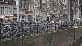 Bici holandesa encadenada sobre los canales metrajes
