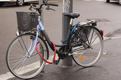 Bici Locked fotografia stock libera da diritti