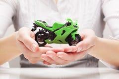 Bici in mani (concetto) Fotografie Stock