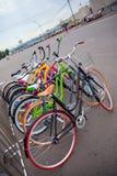 Bici multicolori parcheggiate della strada fotografia stock