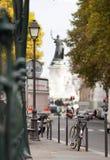 Bici nella città vicino al monumento Fotografia Stock