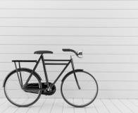 Bici nera classica con la parete bianca nella rappresentazione 3D Fotografie Stock Libere da Diritti