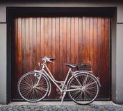 Bici parcheggiata davanti ad una porta del garage immagine stock libera da diritti