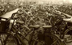 Bici parcheggiate immagine stock libera da diritti