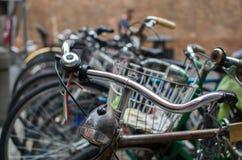 Bici parcheggiate con i dettagli e la bandiera italiana Fotografia Stock