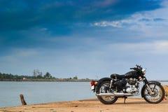 Bici parqueada cerca de orilla de mar Imágenes de archivo libres de regalías