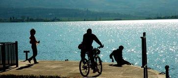 Bici por el mar imagen de archivo