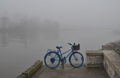 Bici por el río Fotos de archivo