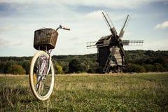Bici que camina, un día soleado Molino y campo Fotos de archivo