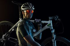Bici que lleva del ciclista fotografía de archivo