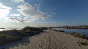 Bici que monta en al aire libre campo a través, cerca de delta, día soleado con las nubes