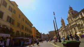 Bici que monta en el cuadrado de Navona en la cámara lenta de Roma FDV, pov almacen de video