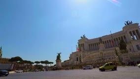 Bici que monta en el cuadrado de Venecia en la cámara lenta de Roma, pov FDV metrajes