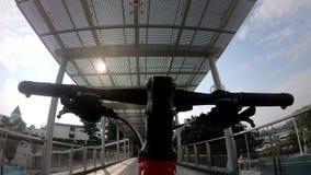 Bici que monta en el paso superior en ciudad metrajes