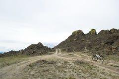 Bici que se coloca en un camino entre el acantilado Imagen de archivo libre de regalías