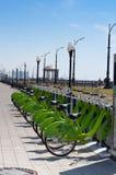 Bici rentable urbana en el estacionamiento fotografía de archivo