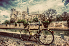 Bici retra al lado de Notre Dame Cathedral en París, Francia vendimia Fotos de archivo libres de regalías