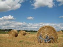 Bici retra clásica con las balas de heno Imágenes de archivo libres de regalías