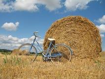 Bici retra clásica con las balas de heno Foto de archivo
