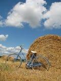 Bici retra clásica con las balas de heno Fotografía de archivo libre de regalías