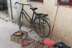 Bici retra contra una pared vieja en el centro de ciudad de Guangzhou en China Imagen de archivo libre de regalías
