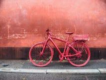 Bici roja de la ciudad Fotografía de archivo libre de regalías