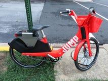 Bici roja del alquiler del salto Fotos de archivo libres de regalías
