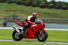 Bici roja en la pista Foto de archivo libre de regalías