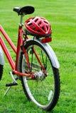 Bici roja y un casco Imagenes de archivo