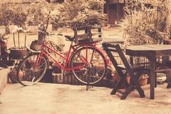 Bici rossa, utilizzata per la consegna immagini stock libere da diritti