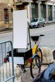 Bici a ruote con un'insegna di pubblicità fotografie stock