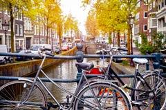 Bici sobre ciudad pintoresca de la ciudad de Amsterdam del canal Fotos de archivo libres de regalías
