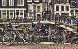 Bici sobre la ciudad de Amsterdam del canal Paisaje pintoresco de la ciudad en Países Bajos Foto de archivo