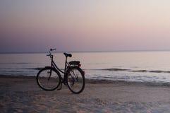 Bici sola sulla spiaggia di notte Fotografia Stock