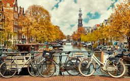 Bici sopra la città pittoresca della città di Amsterdam del canale Immagine Stock Libera da Diritti