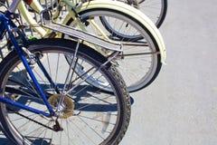 Bici su uno scaffale della bici un giorno di estate Fotografie Stock Libere da Diritti